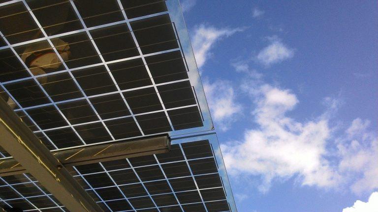 צילום של אווירי של גגות סולאריים משמש כסוחך