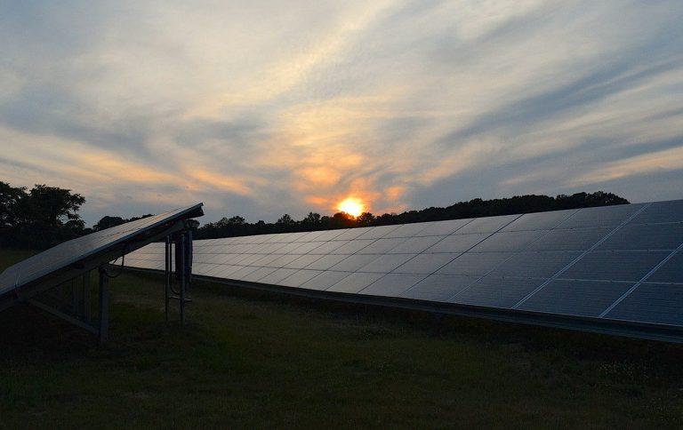 צילום של אווירי של גגות סולאריים על שטח