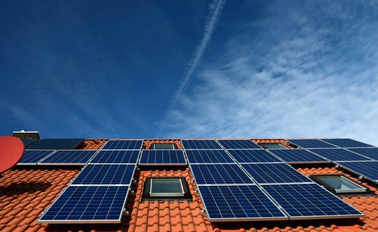 צילום של אווירי של גגות סולאריים על מבנה